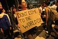 В ночь на вторник 18 июня бразильцы, протестующие против социальной политики правительства, попытались прорваться в здания администрации Рио-де-Жанейро и Сан-Пауло, сообщают бразильские СМИ. Накануне в понедельник демонстранты прорвали полицейское оцепление и забрались на крышу парламента в столице Бразилиа.