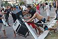 В ночь на четверг активисты заблокировали дороги в Сан-Паулу и в Бразилии, в Рио-де-Жанейро группы агрессивно настроенных людей вступили в столкновения с полицией. Демонстрации продолжились в столице страны, городах Рио-де-Жанейро, Сан-Паулу несмотря на то, что правительство заявило о готовности отменить повышение цен на проезд в городском транспорте, что являлось основным требованием демонстрантов, пишет бразильская газета Globo.