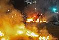 Люди, вышедшие на улицы, выражают возмущение из-за слабо развитой коммунальной инфраструктуры, масштабной коррупции и огромных затрат на чемпионат мира по футболу, который должен состояться в Бразилии в следующем году. Во многих местах протесты вылились в насилие. В Рио-де-Жанейро полиция применила слезоточивый газ и резиновые пули против манифестантов, которые пытались пробиться к городской мэрии. В столице Бразилиа демонстранты устроили небольшой пожар в здании министерства иностранных дел.