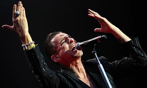 """Солист группы Depeche Mode Дэйв Гaан во время выступления на концерте на стадионе """"Локомотив""""."""