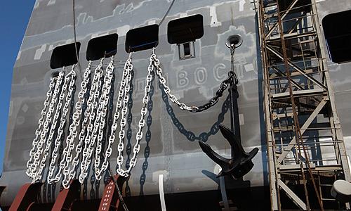 """""""Сегодня, в 10 часов утра, точно в предусмотренный контрактом срок, на Балтийском заводе в присутствии руководителей ОСК, STX-France, DCNS и """"Рособоронэкспорта"""" произведен спуск на воду кормовой части первого российского десантно-вертолетного корабля-дока типа """"Мистраль"""" - """"Владивосток"""", - сообщили в ОСК."""