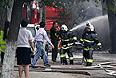 Сотрудники пожарной службы МЧС Республики Казахстан ликвидируют очаг возгорания, возникший в результате взрыва бензовоза на пересечении улиц Сейфуллина и Кабанбай батыра в Алматы. Жильцы пострадавшего от огня жилого дома эвакуированы, для них во дворе разбит палаточный лагерь.