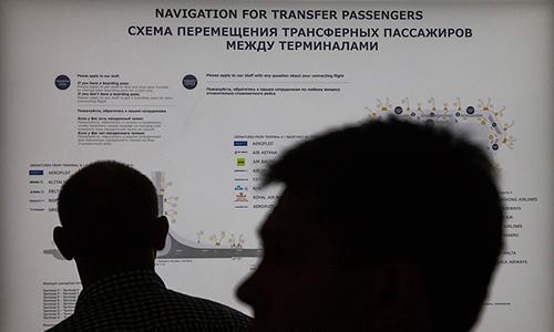 """Бывший сотрудник ЦРУ Эдвард Сноуден в четверг вновь не сел на борт самолета до Гаваны, сообщил """"Интерфаксу"""" источник в службах аэропорта. """"Пассажира с такой фамилией на борту нет"""", - отметил источник. Сноуден прибыл в Москву 23 июня из Гонконга. 24 июня экс-сотрудник ЦРУ зарегистрировался на рейс Москва-Гавана, однако на борту самолета его не оказалось."""