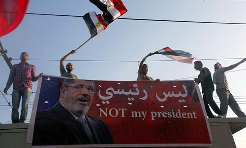 """В египетской столице проходит многотысячная демонстрация против президента страны Мухаммеда Мурси. Манифестанты размахивают красными карточками - такие карточки предъявляют футбольные арбитры игрокам, удаляемым с поля. Участники акции скандируют: """"Народ хочет отставки режима"""", """"Мурси, уходи!""""."""