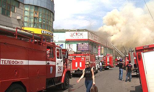 Сотрудники пожарной службы МЧС работают на месте пожара в здании торгового центра в московском районе Лефортово. По последним данным, площадь пожара возросла до 1400 квадратных метров.