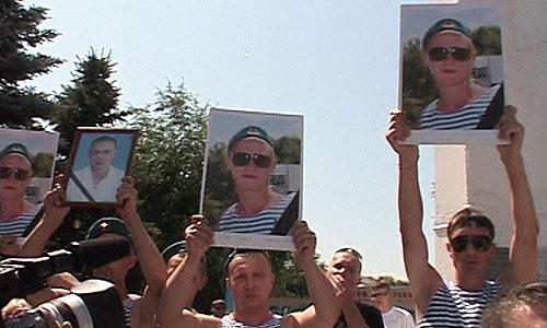 Жители Пугачева Саратовской области потребовали у властей выселить из города всех лиц кавказской национальности. Полицейские пообещали усилить патрули для контролирования обстановки в городе. Губернатор призвал не спекулировать на национальной почве.