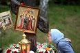Женщина у поклонного креста на Ганиной Яме, где были похоронены останки в Екатеринбурге.