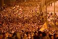 Участники крестного хода, посвященного годовщине расстрела царской семьи, от Храма на Крови до монастыря во имя Святых Царственных Страстотерпцев на Ганиной Яме в Екатеринбурге.