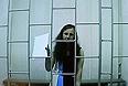 """После заявления ряда ходатайств Мария Алехина, находящаяся сейчас в пермском СИЗО №5 и участвующая в сегодняшнем заседании при помощи видеоконференции, попросила доставить ее в суд. """"Было нарушено мое право принимать участие в суде лично, а не по видеосвязи. Кроме того, я не ознакомлена с материалами по УДО"""", - заявила девушка."""