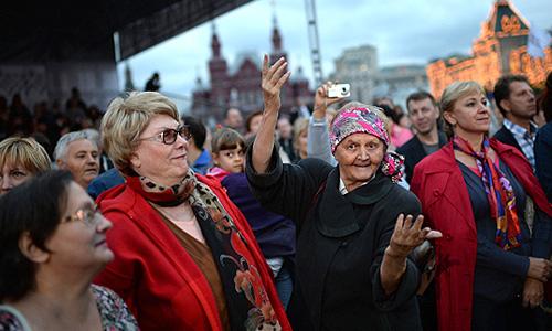 Зрители на праздничном концерте в честь 1025-летия Крещения Руси на Красной площади в Москве.