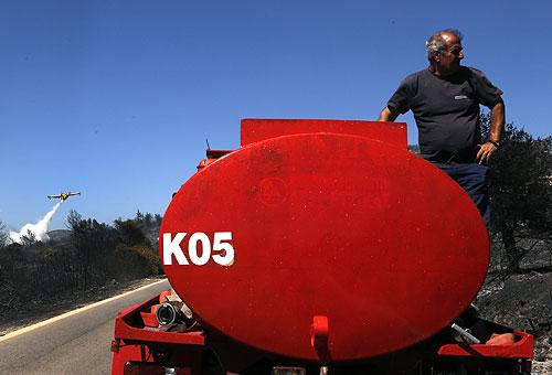 Огонь В Греции бушует по всему восточному побережью. Пожарные пытаются локализовать пламя, но мешает сильный ветер и жара — температура в стране достигает 37 градусов в тени.