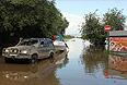 Паводковая обстановка в Амурской области осложнилась более двух недель назад из-за сильных дождей. Ситуация ухудшается, поскольку Зейская ГЭС увеличивает сброс воды, и в случае резкого увеличения сброса могут быть потоплены 30 населенных пунктов и Благовещенск.