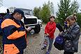 Спасатели МЧС переписывают данные жителей желающих вернуться в подтопленное село Мазаново Мазановского района Амурской области.