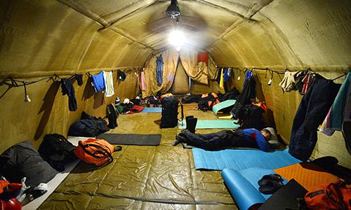 Спасатели МЧС отдыхают в надувном модуле в селе Новокиевский Увал Мазановского района Амурской области.