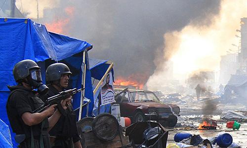 """Силы безопасности при продержке бронемашин, вертолетов и бульдозеров начали в среду утром в Каире операцию по разгону лагерей сторонников отстраненного президента-исламиста на площадях Ан-Нахда и близ мечети """"Рабиа аль-Адавийя""""."""