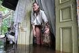 Жительница затопленного паводковыми водами дома в селе Белогорье Амурской области.