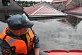 """Уровень реки Амур, по прогнозам синоптиков, к началу сентября достигнет отметки в 830 см. """"К сожалению, только что получен прогноз Гидромета, что ко 2-3 (сентября - ИФ) уровень достигнет 830 см"""",- сообщил заместитель председателя правительства Хабаровского края Андрей Вологжанин. На данный момент уровень воды составил 716 см, за прошедшие сутки вода поднялась на 14 см."""