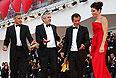 Актер Джордж Клуни, режиссер Альфонсо Куарон и продюсер Дэвид Хейман приветствуют актрису Сандру Буллок.