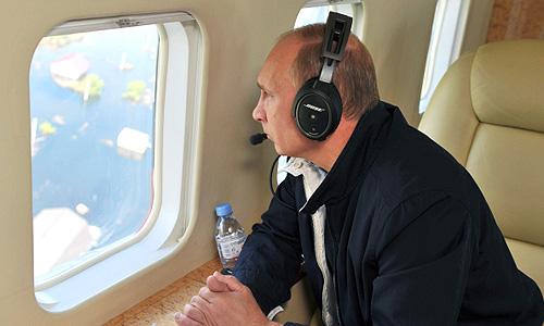 """Владимир Путин поручил Следственному комитету РФ проверить, как действовали чиновники в Дальневосточном регионе в условиях наводнения. По словам президента, """"есть мнение некоторых независимых специалистов, и граждане говорят, есть сомнения в том, что все должностные лица, в том числе отвечающие за гидроэнергетику, действовали в строгом соответствии с предписанными им инструкциями и действующим законодательством""""."""