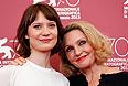 """Актриса Мия Васиковска и австралийская писательница Робин Дэвидсон, автор романа, послужившего основой для сценария фильма """"Тропы"""" режиссера Джона Керрана."""