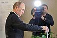 Владимир Путин на избирательном участке № 2151 во время голосования на выборах мэра Москвы.