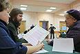 Жители Москвы на избирательном участке №174 во время голосования на выборах мэра города.