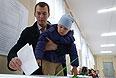 Кандидат в мэры Москвы от ЛДПР Михаил Дегтярев опускает бюллетень в урну для голосования на избирательном участке № 2269 на выборах мэра Москв