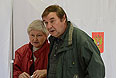 Жители столицы во время голосования на одном из избирательных участков на выборах мэра Москвы.