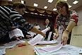 Сотрудники участковой избирательной комиссии ведут подсчет голосов избирателей после окончания выборов мэра Москвы.