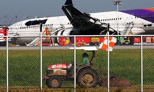 В Бангкоке самолет Thai Airways выкатился за пределы взлетной полосы, 14 пассажиров получили травмы.