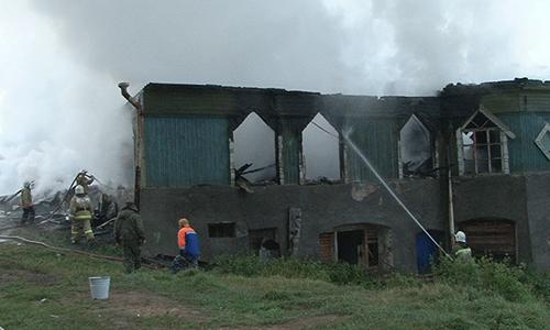 Возгорание возникло в мужском отделении. Здание практически полностью выгорело и восстановлению не подлежит. По данным МЧС, в интернате находились около 60 человек, более 20 из них эвакуированы. Троим была оказана медпомощь, они направлены в областную больницу.