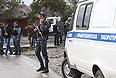Полицейские на месте взрыва у районного отделения внутренних дел в селении Серноводск Сунженского района Чеченской Республики. Утром 16 сентября, в результате атаки смертника пытавшегося прорваться на территорию РОВД, погибли трое полицейских и еще четверо получили ранения.