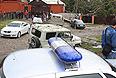 Люди на месте взрыва у районного отделения внутренних дел в селении Серноводск Сунженского района Чеченской республики. Утром 16 сентября, в результате атаки смертника пытавшегося прорваться на территорию РОВД, погибли трое полицейских и еще четверо получили ранения.