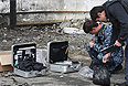 Полицейские на места взрыва у районного отделения внутренних дел в селении Серноводск Сунженского района Чеченской Республики. Утром 16 сентября, в результате атаки смертника пытавшегося прорваться на территорию РОВД, погибли трое полицейских и еще четверо получили ранения.
