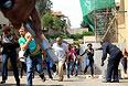 Вооруженные автоматами с большим количеством патронов террористы открыли огонь по посетителям, убив несколько десятков человек. Более тысячи гражданских покинули место происшествия невредимыми.