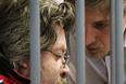 Активист Greenpeace Роман Долгов (слева), обвиняемый в терроризме и ведении незаконной научно-исследовательской деятельности, перед началом избрания меры пресечения в Ленинском суде города Мурманска. По решению суда Долгов и фотограф Денис Синяков арестованы до 24 ноября 2013 года.