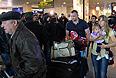 """Эвакуированные сотрудники посольства России в Ливии и члены их семей в аэропорту """"Домодедово""""."""