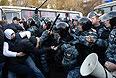 """Сотрудники полиции пресекают массовые беспорядки возле торгового центра """"Бирюза"""" в московском районе Бирюлево. Местные жители собрались у торгового комплекса """"Бирюза"""" в районе Бирюлево Западное в Москве, требуя найти убийц Егора Щербакова."""