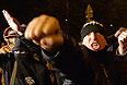 """Участники массовых беспорядков возле торгового центра """"Бирюза"""" в московском районе Бирюлево Западное. Местные жители собрались у торгового комплекса, требуя найти убийц Егора Щербакова."""