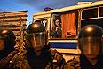 """Сотрудники полиции обеспечивают безопасность во время народного схода в московском районе Бирюлево. Местные жители собрались у торгового комплекса """"Бирюза"""" в районе Бирюлево Западное в Москве, требуя найти убийц Егора Щербакова."""