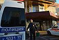 """Полицейские автомобили у торгового центра """"Бирюза"""" в районе Бирюлево Западное. 13 октября жители района вышли на улицы с требованием найти убийцу 25-летнего москвича Егора Щербакова. """"Народный сход"""" закончился беспорядками."""
