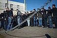 В Ступинском проезде продолжает дежурить большое число полицейских, у овощебазы припарковано несколько автомобилей ГУ МВД России по Москве. Также здесь находятся грузовики полиции и экипажи ДПС. Некоторые автомобили, поворачивающие в проезд со стороны улицы Подольских курсантов, останавливаются сотрудниками ДПС, которые проводят проверку документов.
