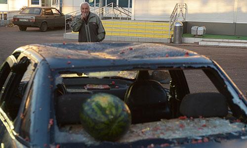 """Разбитый автомобиль во время массовых беспорядков у станции """"Бирюлево-Товарная"""". 13 октября жители района вышли на улицы с требованием найти убийцу 25-летнего москвича Егора Щербакова. """"Народный сход"""" закончился беспорядками."""