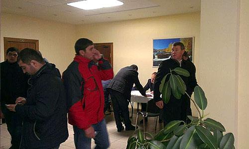 """Значительное число мигрантов собралось в среду перед входом на базу, расположенную в столичном районе Бирюлево-Западное, решение о закрытии которой принял накануне Следственный комитет России. Как передает корреспондент """"Интерфакса"""", въезд на овощебазу закрыт, при этом площадка перед въездом оцеплена сотрудниками ДПС, возле объекта дежурит полицейский автобус."""