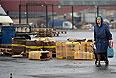 """Чертановский суд Москвы в среду постановил закрыть на 90 дней овощную базу в районе Бирюлево Западное, где произошли массовые беспорядки, передает корреспондент """"Интерфакса"""". Таким образом, суд удовлетворил соответствующий иск Роспотребнадзора. Ведомство, в частности, выявило нарушения санитарно-эпидемиологического законодательства в работе овощебазы."""