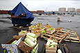 """Торговцы забирают остатки товара с территории закрывшегося рынка при овощебазе """"Новые Черемушки"""" в столичном районе Бирюлево."""