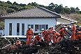 """В Японии спасательные бригады продолжают поиски 43 человек, в том числе 39 на острове Идзуосима, считающихся пропавшими без вести после удара тайфуна """"Вифа"""" в минувшую среду, сообщает японский телеканал NHK. По информации телеканала, общее число жертв тайфуна выросло до 18 человек."""