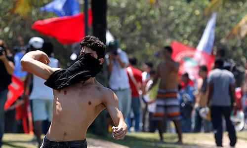 """В Рио-де-Жанейро демонстранты протестуют против результатов аукциона по продаже глубоководного морского месторождения нефти """"Либра""""."""