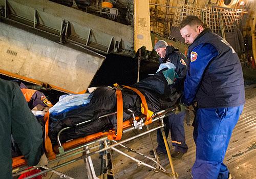 Сотрудники МЧС помогают перевезти пострадавших в результате теракта в Волгограде из самолета в санитарные машины.