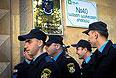 Полицейские у входа на избирательный участок, находящийся в здании специальнаой службы государственной охраны Грузии, в Тбилиси.